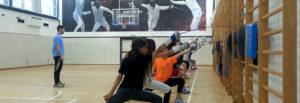נוער מתאמן בסייף